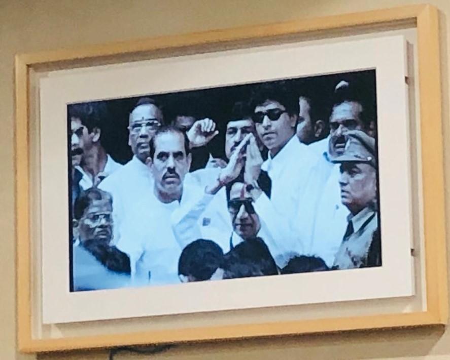 राज ठाकरे हे नेहमी बाळासाहेब जिथे जात होते तिथे त्यांच्यासोबत असत. असाच एक फोटो ज्यामध्ये सेनेचे ज्येष्ठ नेते मनोहर जोशी यांच्यासह राज ठाकरे दिसत आहे.