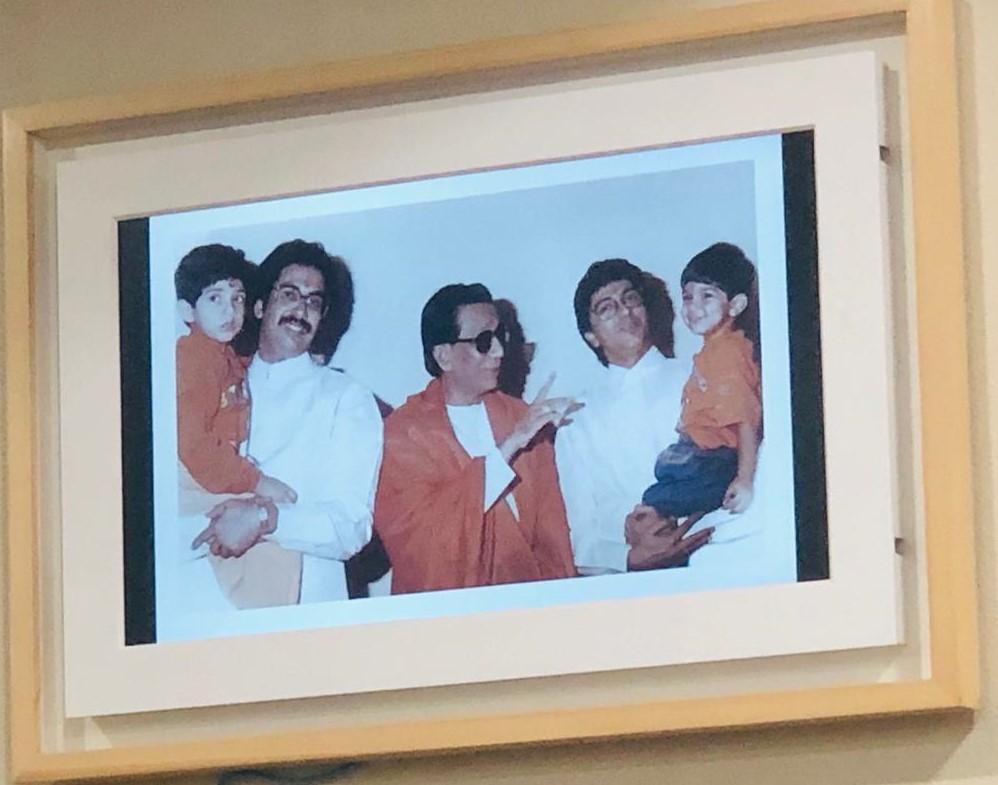असे अनेक फोटो आहेत ज्यात राज हे आपल्या कुटुंबासोबत आनंद साजरा करत आहे.