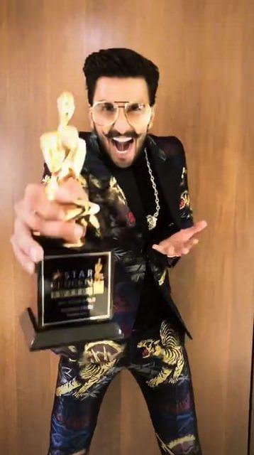 रणवीर सिंगला सर्वोत्कृष्ट अभिनेत्याचा पुरस्कार मिळाला. त्यावेळी रणवीरनं तो पुरस्कार आपल्या आजीला अर्पण केला आणि मी इथपर्यंत आलो ते दीपिकामुळे असं सांगितलं. तेव्हा दीपिकाच्या डोळ्यात पाणी आलं.