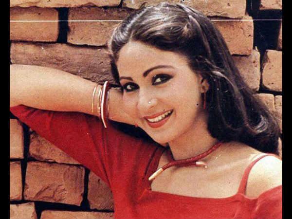 1981मध्ये कमल हासनबरोबर तिनं पहिला हिंदी सिनेमा केला एक दुजे के लिए. तो प्रचंड हिट झाला. रतीनं 42 हिंदी सिनेमे केलेत.