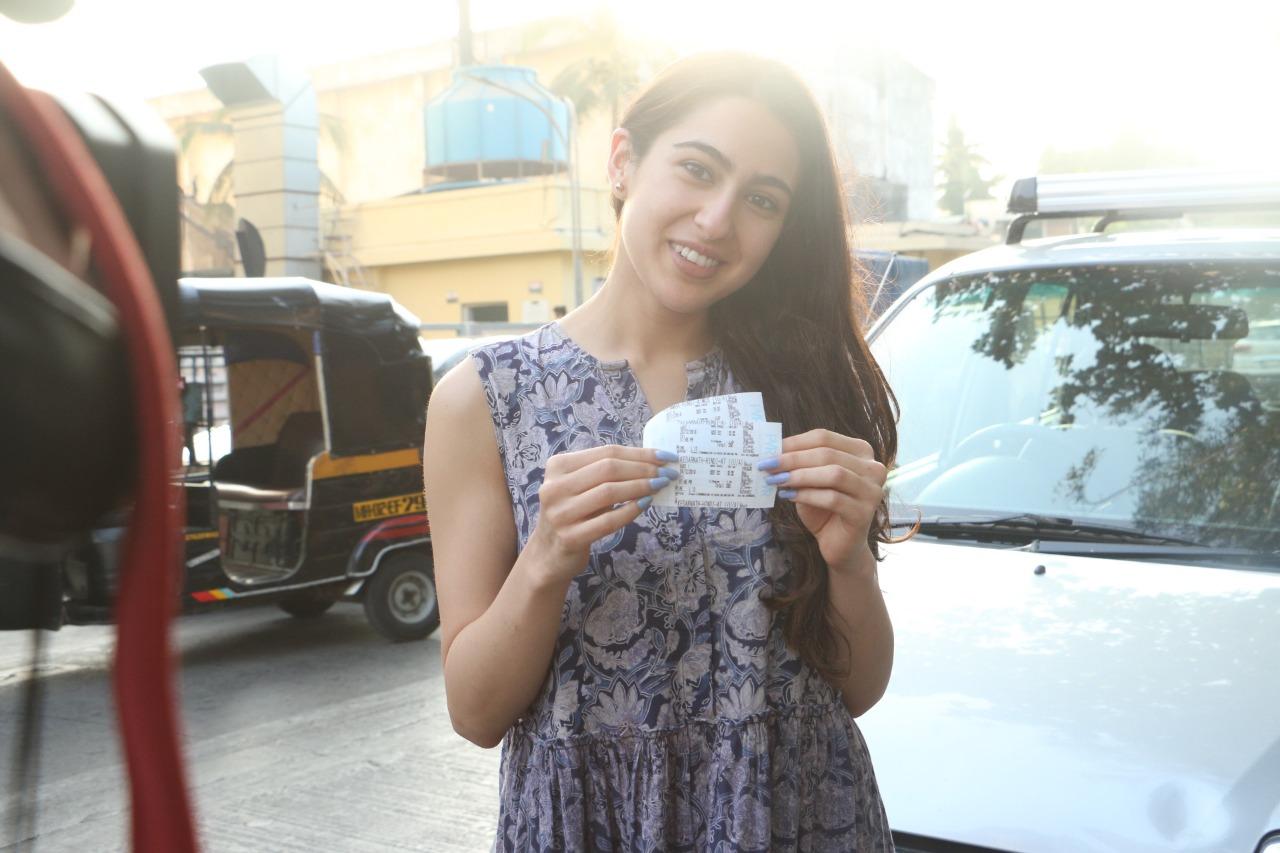 सारानं सिंबाचं तिकीट काढून फोटोसाठी पोजही दिली.