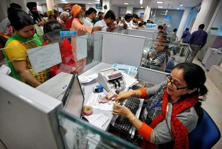 आरबीआयनं दिेलेल्या आदेशामुळे बँकनं हा निर्णय घेतला आहे. रिझर्व्ह बँकेनं साधारणपणे 3 महिने आधी SBI बँकेला आदेश दिले होते. 1 जानेवारीपासून नॉन सिटीएस चेकचा वापर पूर्णपणे बंद करावा. त्यामुळे बँकनं ग्राहकांना जुने चेक जमा करून नवं चेकबुक घेण्यासाठी सांगितले आहे.