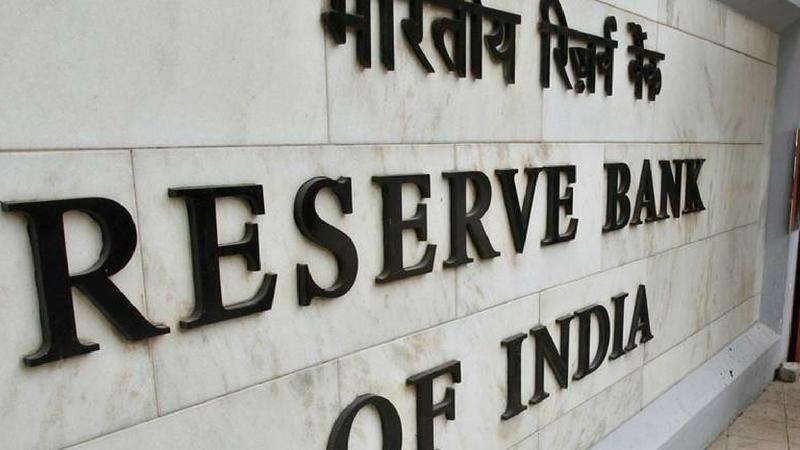 एसबीआयने 3 महिन्यांआधी बँकेला 1 जानेवारी 2019पासून नॉन सीटीएस चेकबुक वापरणं बंद करण्याचे आदेश दिले आहेत. या आदेशानुसार आरबीआयने त्यांचे जुने चेकबुक बंद केले आहेत.