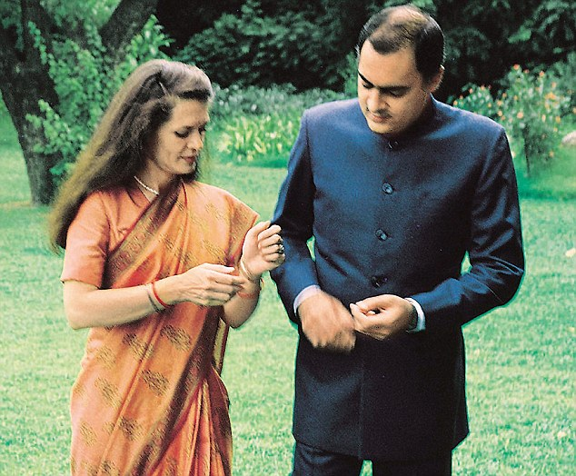 इटलितल्या लुसियाना व्हिसेंजा इथं 1946 मध्ये त्यांचा एका मध्यमवर्गीय कुटूंबात जन्म झाला. ब्रिटनमध्ये शिक्षण घेत असताना त्यांची राजीव गांधी या राजबिंड्या तरूणाशी ओळख झाली. ओळखीचं रूपांतर मैत्रीत आणि नंतर मैत्रीचं रूपांतर प्रेमात झालं. भारताच्या पंतप्रधानांचा मुलगा असलेल्या राजीव शी सोनियांनी 1968 मध्ये लग्न केलं आणि त्या गांधी घराण्याच्या सून झाल्या.