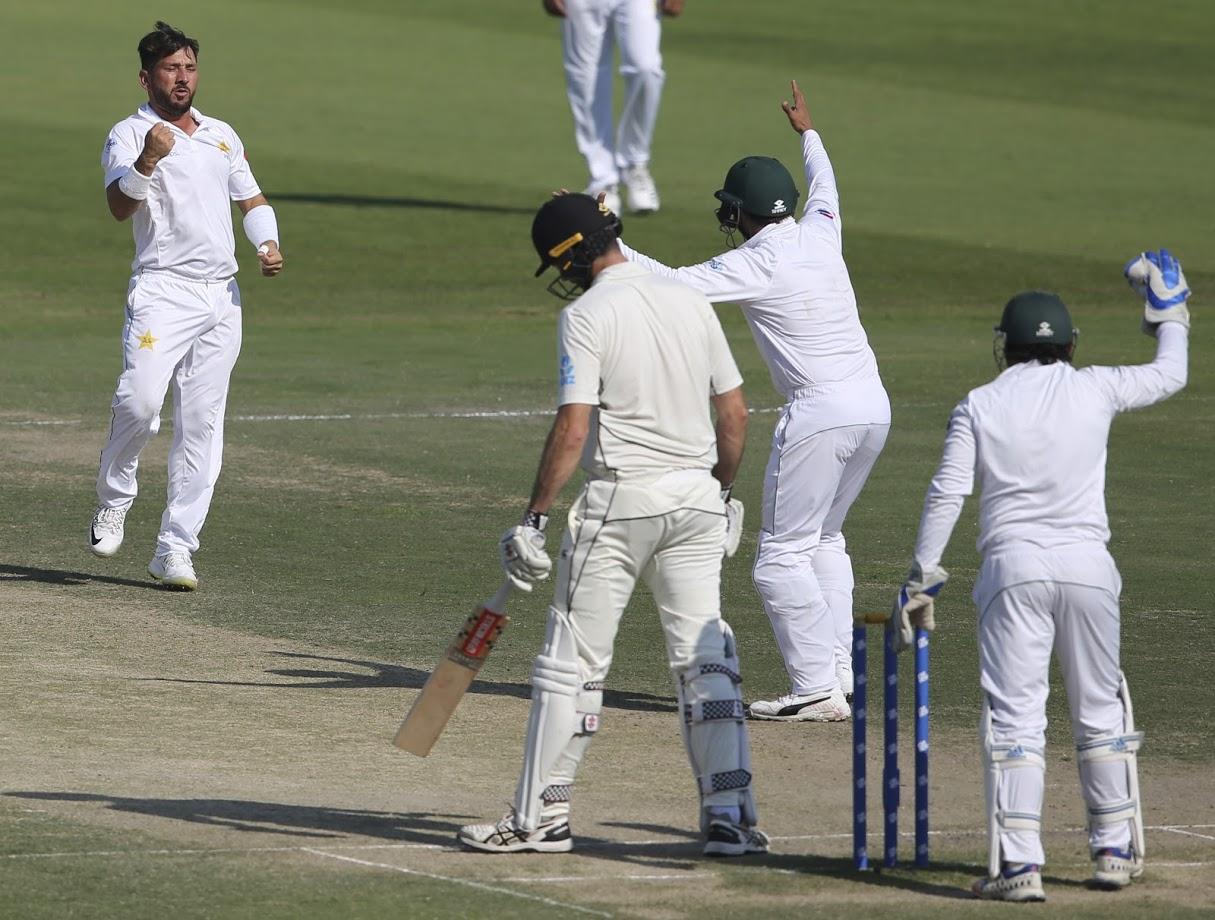 यासिर शाहने न्युझीलँडचे फलंदाज सोमरविल्लेला बाद करत कसोटी क्रिकेटमध्ये २०० विकेट पूर्ण केल्या.