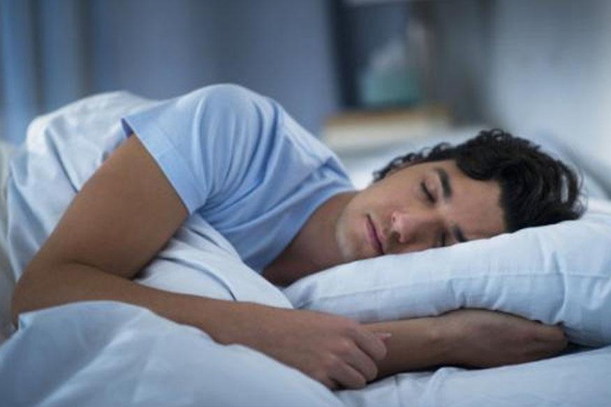 झोपताना डोक्यावर पांघरून ओढून झोपल्यावर अनेकांना झोप लागते. तुम्हाला अशी सवय असेल तर झोप लागण्यापूर्वी थोडावेळ तोंड उघडं ठेवा त्यामुळे ऑक्सिजनचा पुरवठा शरीराला होईल.