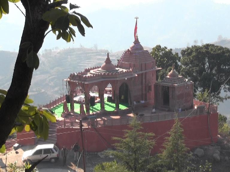 कंगनाने पैतुक गावात त्यांच्या कुलदेवीचं मंदीर बांधलं आहे. या मंदिराचं संपूर्ण बांधकाम पूर्ण झालं असून रविवारी मंदिराच्या सर्व विधी करून मुर्तीची स्थापना करण्यात येणार आहे.