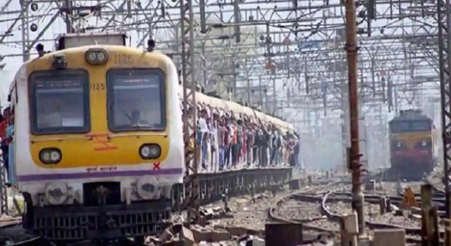 ट्रेनमधील गर्दीचं प्रमाण कमी होण्यासाठी रेल्वेच्या फेऱ्या वाढव्या आणि ट्रॅकचं दुपट्टीकरण करण्यासाठी लागणाऱ्या निधीबाबत रेल्वे मंत्रालयानं वित्ती मंत्रालयाला सांगितलं आहे. रेल्वे मंत्रालयाने दिलेल्या प्रस्तावात 30 टक्के जास्त बजेटची मदत मागितली आहे.