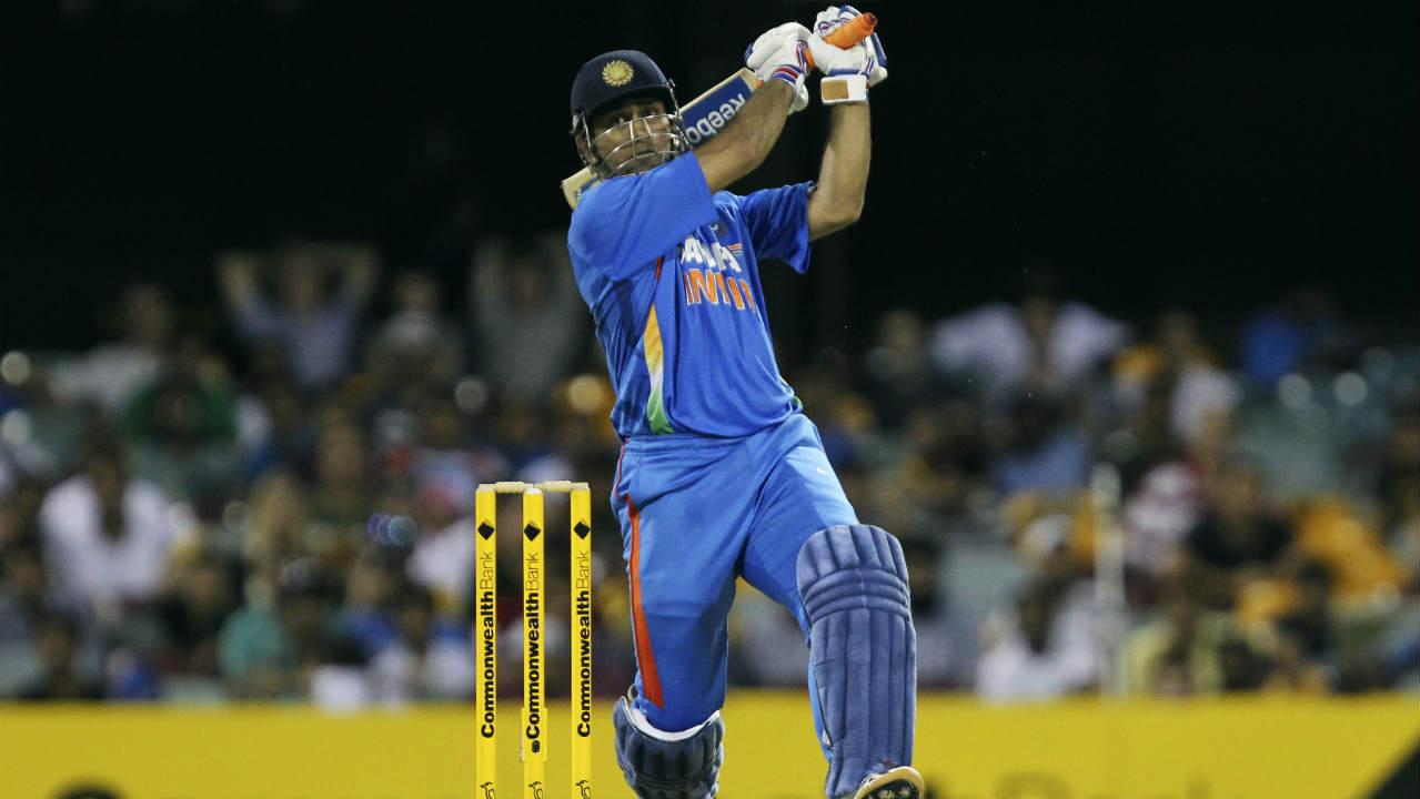 सलामीचे फलंदाज गारद झाल्यानंतर तळाच्या फलंदाजांना सोबत घेऊन अनेक वेळा त्याने एका बाजूने खेळत सामना जिंकून दिला. 2012 मध्ये कॉमनवेल्थ बँक सिरीजमध्ये ऑस्ट्रेलियाविरुद्ध त्याने 44 धावांची खेळी करून भारताला सामना जिंकून दिला होता. या सामन्यात शेवटच्या ओव्हरमध्ये 13 धावांची गरज होती. धोनीसोबत रवीचंद्रन अश्विन मैदानावर होता. यावेळी धोनीने 112 मीटर षटकार खेचत भारताला विजय मिळवून दिला होता.