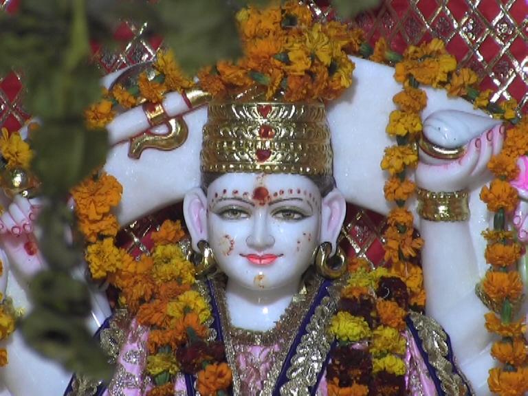 कंगनाची आई आशानं जेव्हा या स्वप्नाबाबत तिला सांगितलं तेव्हापासून कंगनानं आईचं स्वप्न पूर्ण करायचं ठरवलं आणि पैतुक गावातील धोबई इथं कुलदेवीचं मंदिर बांधलं आहे. मंदिरात अंबिका देवीच्या मुर्तीसोबत भगवान शंकराच्या मुर्तीचीदेखील स्थापना केली आहे.