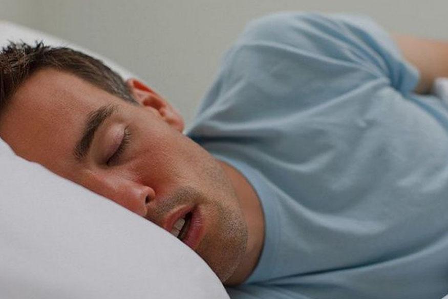तोंडावर घेऊन झोपल्याने गरमीचा त्रास होऊन झोपमोड होउ शकते. त्यामुळे सूजणे, चक्कर येणे किंवा अंग दुखण्याचा त्रास होइ शकतो. परिणामी थकवा जाणवतो.