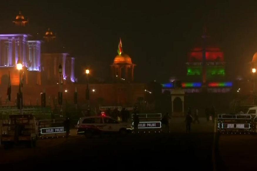 दिल्लीत राष्ट्रपती भवनावरही आकर्षक विदयुत रोषणाई करण्यात आली आहे.