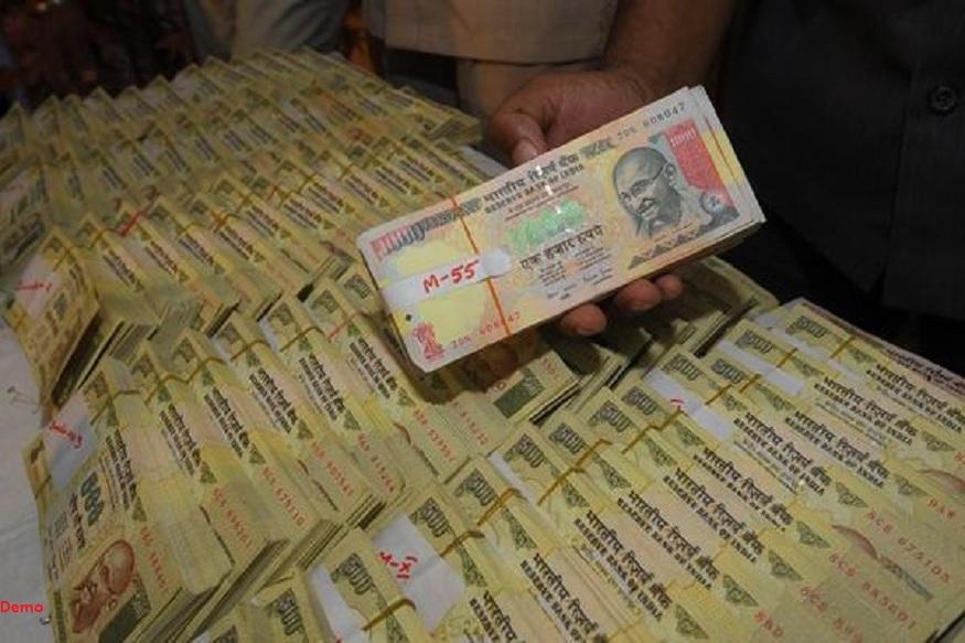 नरेंद्र गंगवालच्या गादीखाली दडवल्या होत्या तब्बल 7 लाख रुपयांच्या नोटा. त्या बघून छापे घालणारे तपास अधिकारीसुद्धा अचंबित झाले.