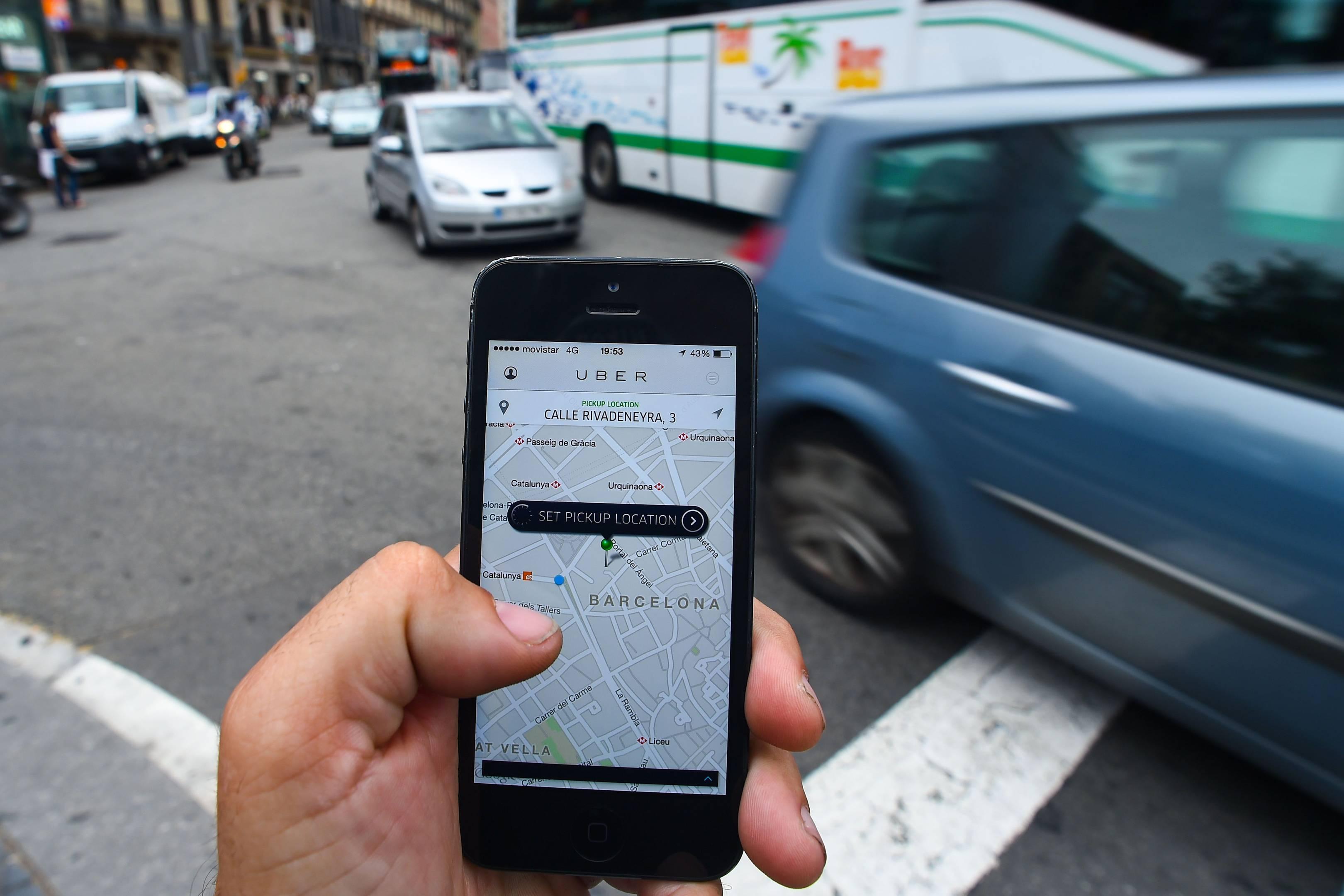 Uberमध्ये ड्राईव्हरच्या सुरक्षेसाठी एक इमरजन्सी बटन दिलं आहे. या बटनाला प्रेस करून ड्राईव्हरला इमरजन्सी मदत मागता येणार आहे. प्रवाशांसाठी ही सेवा आधीपासून उपलब्ध असून Uber अॅप्लिकेशनमध्ये स्पीड लिमिट फिचर दिलं आहे. ज्यामुळे ड्राईव्हरने स्पीड वाढवल्यास त्याला स्पीडबाबत अलर्ट केलं जाईल.