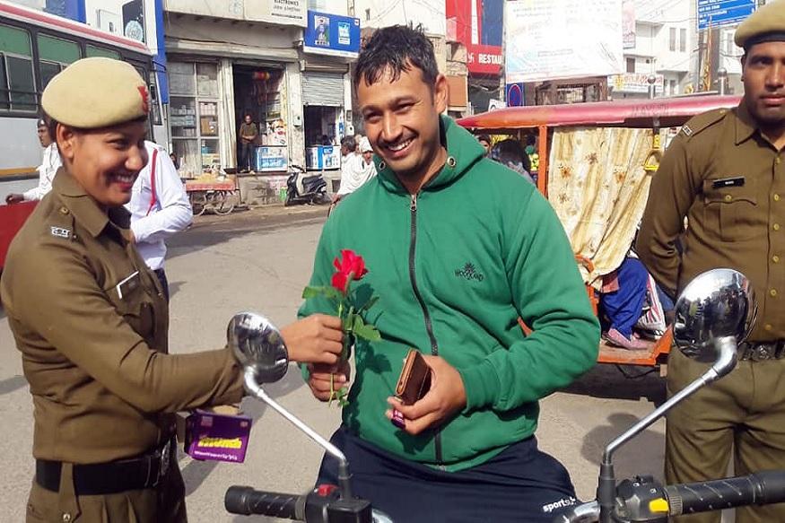 पोलीस पत्नीने पतीलाच ट्रॅफिक नियमांचं उल्लंघन करताना पकडलं होतं. तेव्हा गुलाबाचं फुल आणि चॉकलेट देऊन या पतीदेवांना गोड शब्दांत समजावलं गेलं आणि पुन्हा नियमाचं उल्लंघन न करण्याविषयी तंबी दिली गेली.