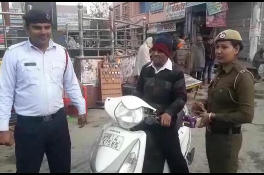 हेल्मेटशिवाय गाडी चालवणाऱ्यांना दंड आकारणारे पोलीस हे आता नित्याचं चित्र झालं आहे. महिला ट्रॅफिक पोलीसही हल्ली या कारवाईत सामील असतात.