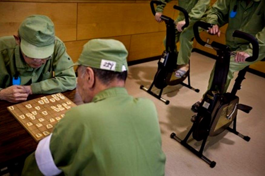 जपानच्या तुरुंगात स्वतंत्र रुम मिळते. त्यात लाकडी बेड असतो. खुर्ची, टेबल असतं. कधी टीव्हीही असतो.