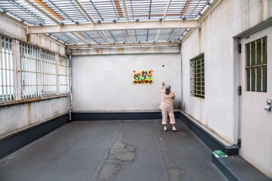 तुरुंगात त्यांना डोक्यावर छप्पर मिळतंय. जेवण मिळतंय. बऱ्याच सुविधा फ्री मिळतायत.