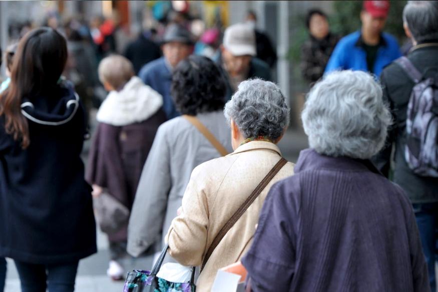 तुम्ही कधी असा विचार केला असेल, की एकटेपणाला घाबरून कुणी तुरुंगात जात असेल? तर जपानमध्ये वृद्ध व्यक्ती सध्या याच रस्त्यावरून जात आहेत.