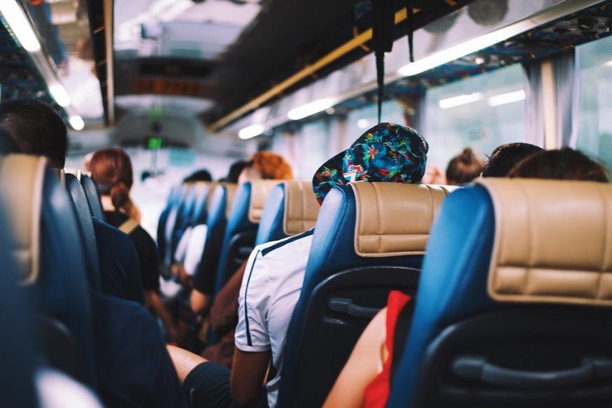 घटना घडली तेव्हा बसमध्ये अनेक प्रवासी होते. वेळीच सर्वजण खाली उतरल्यामुळे कुणालाही इजा झाली नाही.