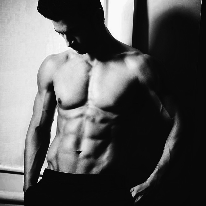 बॉलिवूडचा हा अष्टपैलू अभिनेता फिटनेसकडेही लक्ष देतो. जिममध्ये तासन् तास घाम गाळण्यापेक्षा तो स्वतःला फिट ठेवण्यासाठी बॅले डान्सही करतो. याशिवाय त्याने शामक दावरकडून नृत्याचं प्रशिक्षणही घेतलं आहे.
