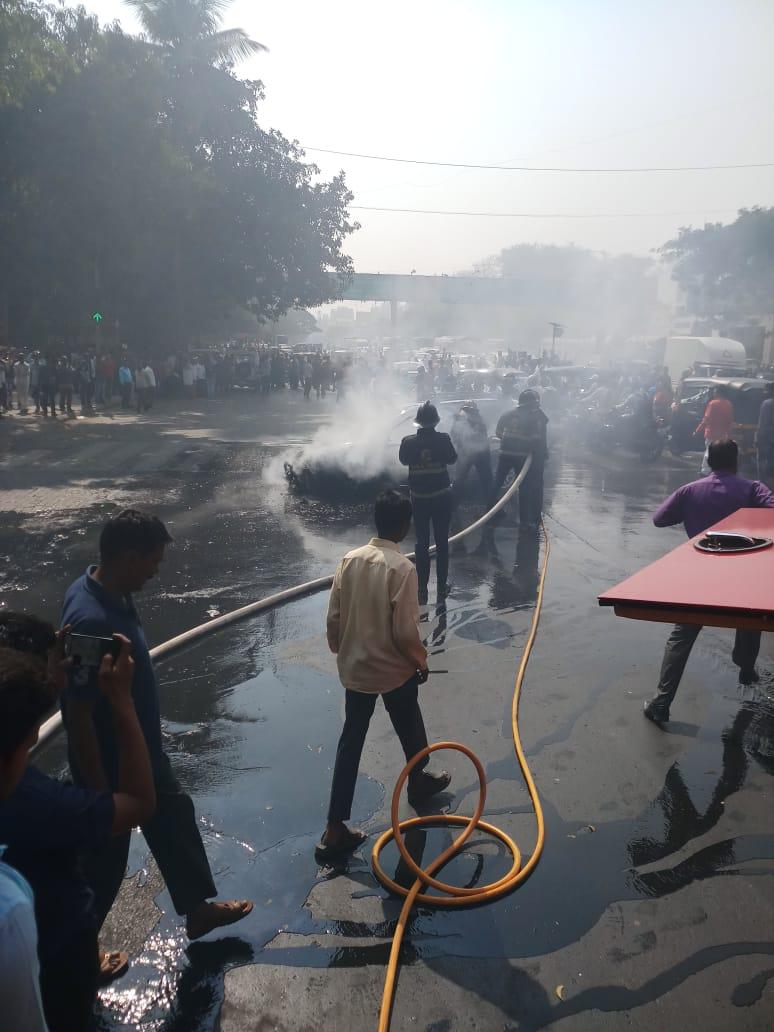 भररस्त्यात कारला लागलेल्या आगीने रस्त्याच्या दोन्ही बाजूला वाहनांच्या रांगा लागल्या होत्या.