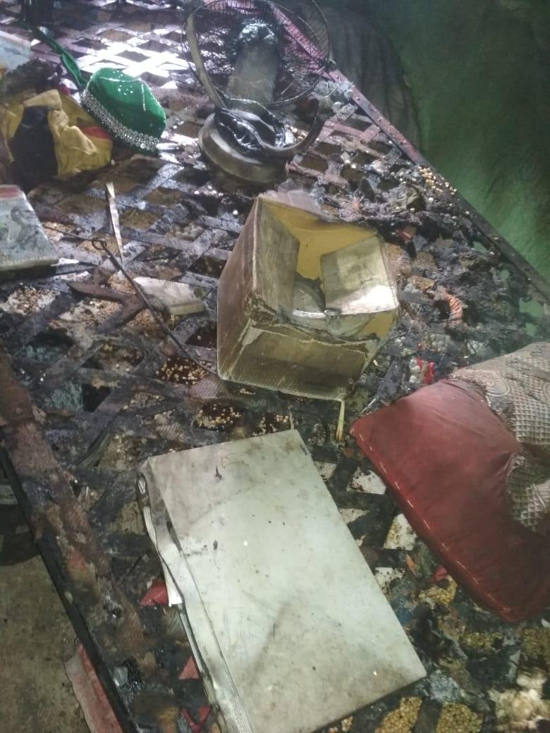 या आगीत घरात असलेल्या 8 जण गंभीररित्या भाजले आहेत.