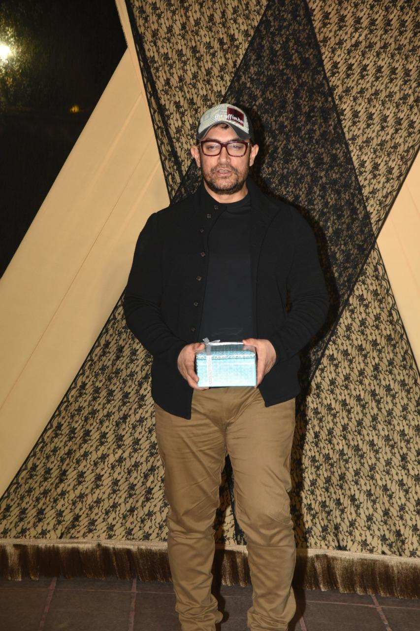 या रिसेप्शनला परफेक्शनीस्ट अभिनेता आमिर खानचा हटके लुक पाहायला मिळाला. आमिर खान फारच साध्या कपड्यांमध्ये हजर होता.