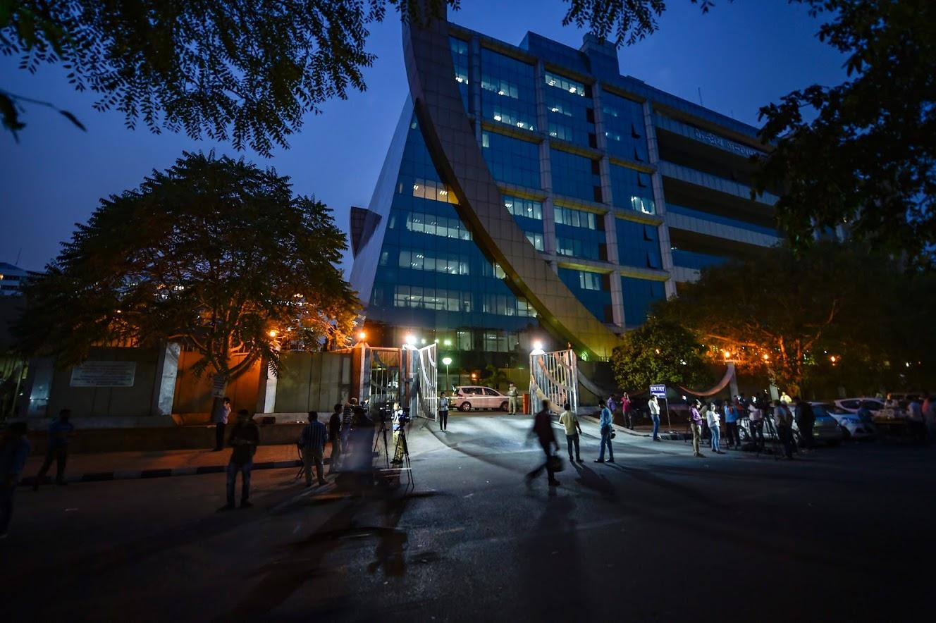 23 ऑक्टोबर 2018 हा दिवस CBI च्या इतिहासातला काळा दिवस ठरला. रात्री दोन वाजता सुरक्षा दलाच्या खास पथकाने सीबीआय मुख्यालयातलं अलोक वर्मा यांचं कार्यालय सील केलं आणि देशभर खळबळ उडाली.