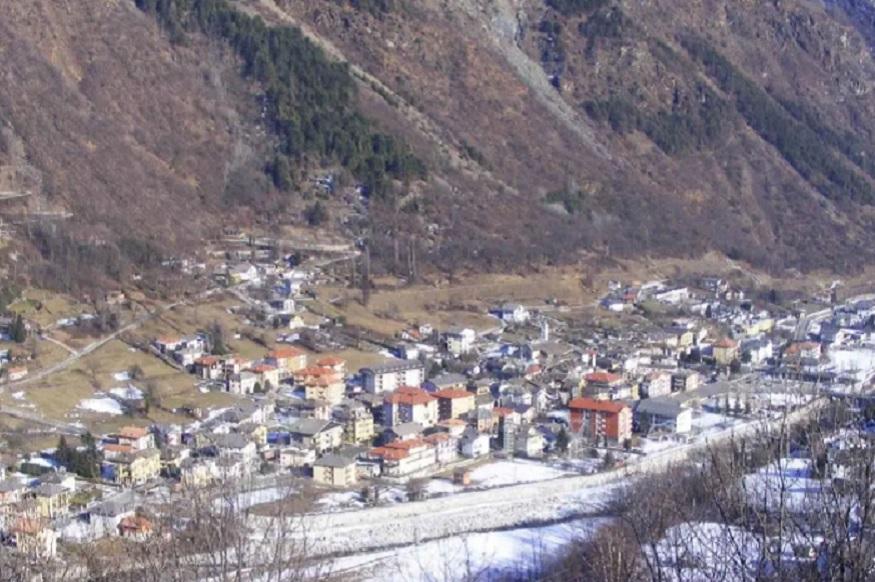 इटलीमध्ये एक गाव आहे. तिथे तुम्ही राहायला या अशी आॅफर दिली जातेय. इथे येणाऱ्यांना राहायला मोफत घर आणि 8.17 लाख रुपये मिळणार आहेत. इथली घरं जुन्या शैलीतली आहेत. हिरवळ आणि लांबवर पसरलेली शेतं इथे आहेत.