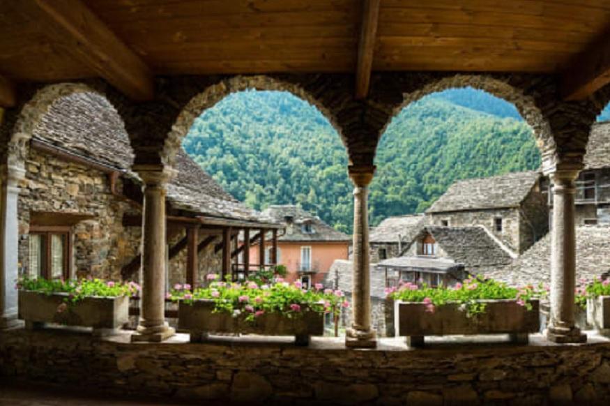 इटलीच्या बोर्गोमेजविले गावात तर फक्त 320 लोक राहतात. तिथे मूल जन्माला घातलं तर 1000युरो मिळतात.