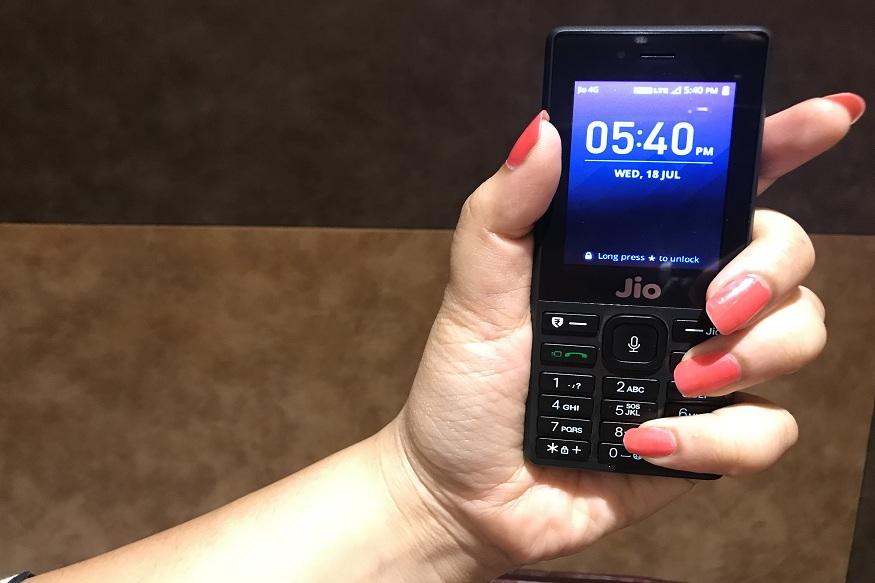 जिओ कंपनीकडून 399 रुपयांच्या कॅशबॅक ऑफरनंतर ग्राहकांसाठी पुन्हा दमदार ऑफर आणली आहे. या ऑफरचं नाव 'जिओफोन न्यू ईअर ऑफर' असं आहे. यामध्ये तुम्हाला फक्त 1095 रुपयांमध्ये जिओ कंपनीचा फोन आणि 6 महिन्यांसाठी मोफत डेटा आणि कॉलिंग दिलं जाणार आहे.