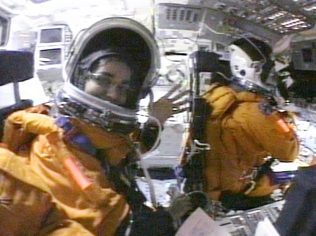 1 फेब्रुवारी 2003मध्ये शटल पृथ्वीवर परतत होतं. कॅनडी स्पेस सेंटरवर उतरणार होतं. सगळीकडे आनंदाचं वातावरण होतं. कल्पना पृथ्वीपासून 16 मिनिटाच्या अंतरावर होती. सगळे वाट पहात होते. यानानं पृथ्वीच्या कक्षेत प्रवेश केला आणि तापमानामुळे स्फोट झाला. यानातले सगळे अंतराळ वीरांचा मृत्यू झाला.