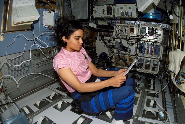 कल्पना नेहमी म्हणायची, मी अंतराळासाठीच बनलीय. कल्पनानं पहिलं उड्डाण 1998मध्ये केलं. तिनं अंतराळात 327 तास होती. पृथ्वीची 252वेळा परिक्रमा पूर्ण केली. या यशस्वी मिशननंतर कल्पना चावला दुसऱ्या उड्डाणासाठी सज्ज झाली. तिच्या सोबत 7 जण होते. हे मिशन सारखं पुढे ढकललं गेलं. 2003मध्ये ते लाँच झालं. 16 दिवसांचं उड्डाण होतं.