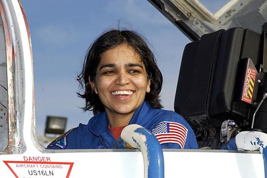 कल्पना अनेकदा आपल्या वडिलांना म्हणायची, मी अंतराळासाठीच बनलीय. ते खरं झालं. या वर्षी नासानं सातही अंतराळ वीरांना स्पेस शटलमध्ये सन्मानित केलंय.( फोटो - NASA/Getty Images/ News18.com )