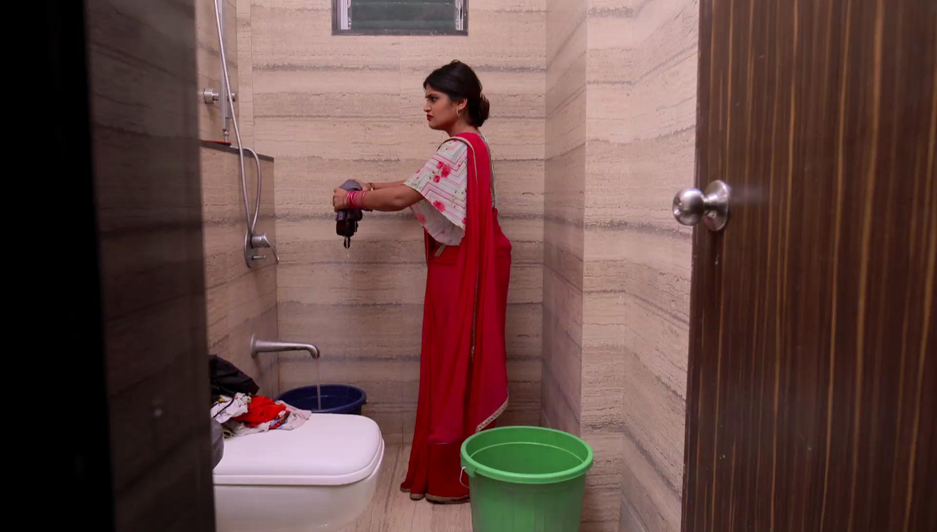 शनाया बाथरूममध्ये कपडे धुवायला सुरू करते.