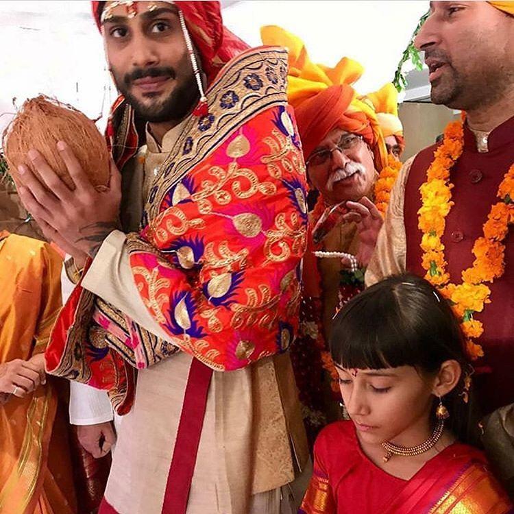 लग्नावेळी प्रतीकने क्रिम रंगाचा कुर्ता आणि पायजमा घातला होता. तर सान्याने पिवळ्या रंगाची साडी नेसली होती तर लाल रंगाचा शेला घेतला होता.