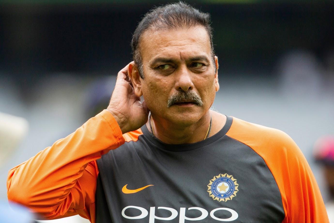 शास्त्री यांनी डेली टेलीग्राफला दिलेल्या मुलाखतीत म्हटलं की, 'तो एक महान खेळाडू आहे. भारतातल्या महान क्रिकेटपटूंपैकी तो एक आहे. मी अजूनपर्यंत कोणत्याच व्यक्तीला एवढं शांत पाहीलं नाही मी अनेकदा सचिनला चिडलेलं पाहीलं आहे पण धोनी कधीच चिडत नाही.'