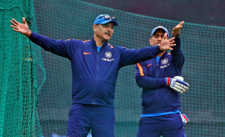 टीम इंडियाने ऑस्ट्रेलियाविरुद्ध दमदार प्रदर्शन केल्यानंतर संघाचे प्रशिक्षक रवी शास्त्री धोनीचं कौतुक करताना थकत नाहीयेत.