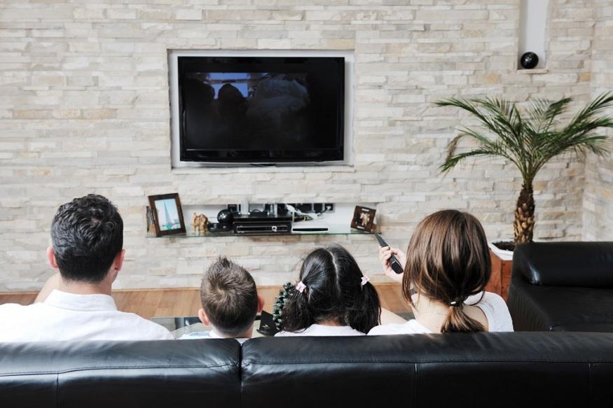 एक फेब्रुवारीला संपूर्ण देशात टीव्ही बघण्यासाठी नवीन नियम लागू केले जातील. ग्राहक फक्त त्यांच्या पसंतीची चॅनल्स पाहू शकतात आणि त्यांना त्याचेच पैसे द्यावे लागणार आहेत, भारतीय दूरसंचार नियामक प्राधिकरण (TRAI)ने सगळ्या कंपन्यांना यासाठी 31 जानेवारीपर्यंतची वेळ दिली आहे. ग्राहकांना 31 जानेवारी आधी स्पेशल पॅकची निवड करावी लागणार आहे. तुम्ही जर टीव्ही चॅनलचे पॅक निवडले नाही तर बेसिक पॅक सुरू ठेवण्यात येईल.