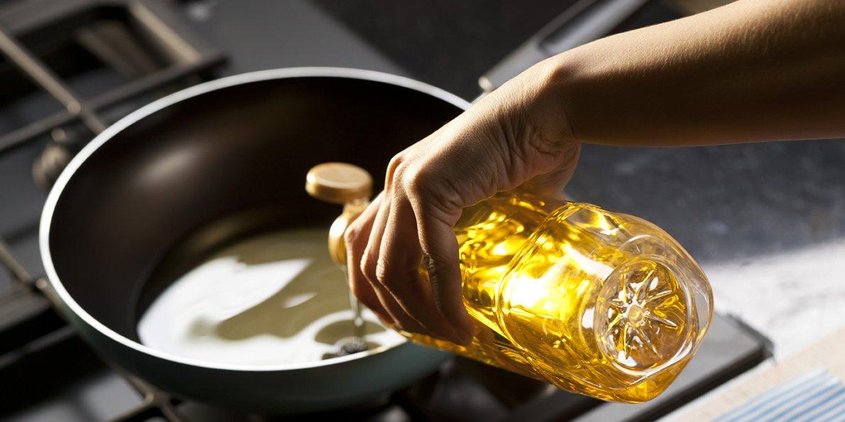 खाण्याच्या पदार्थात तेलाचं प्रमाण किती असावं आणि कोणतं तेल वापरावं याबाबत ग्राहकांना अनेकदा माहीत नसतं. म्हणूनच तळलेल्या पदार्थांसाठी ऑलिव्ह तेलाचा वापर करू नये. कारण ऑलिव्ह तेलामध्ये स्मेकिंग पॉईंटचं प्रमाण कमी असतं.