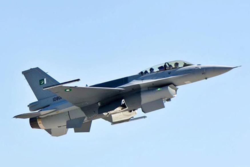 भारतीय वायुसेनेने नौशेरा सेक्टरमध्ये पाकिस्तानचे फायटर जेट F16 पाडलं आहे. विमानातील सैनिक पॅराशूटमधून उतरताना दिसले. मात्र ते नक्की कोणत्या दिशेला गेले हे अजून कळू शकलं नाही. पाहा F 16 कसं आहे ते.