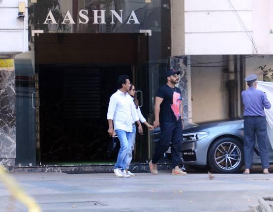नुकतंच दोघांना मुंबईतील एका रेस्तराँमधून बाहेर येताना पाहण्यात आलं. विशेष म्हणजे यावेळी ते दोघंच नव्हती तर मलायका आणि अरबाजचा मुलगा अरहानही त्यांच्यासोबत होता.