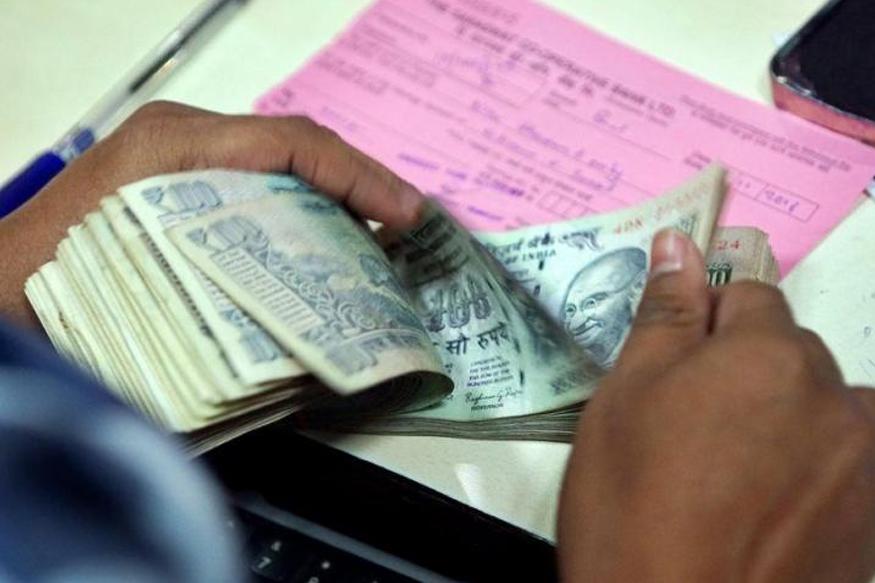सरकारने जारी केलेल्या आदेशानुसार आता सरकारी कर्मचाऱ्यांना सहा महिन्यांच्या मूळ वेतनाइतका म्युच्युअल फंड आणि शेअर खरेदी करता येणार आहे.
