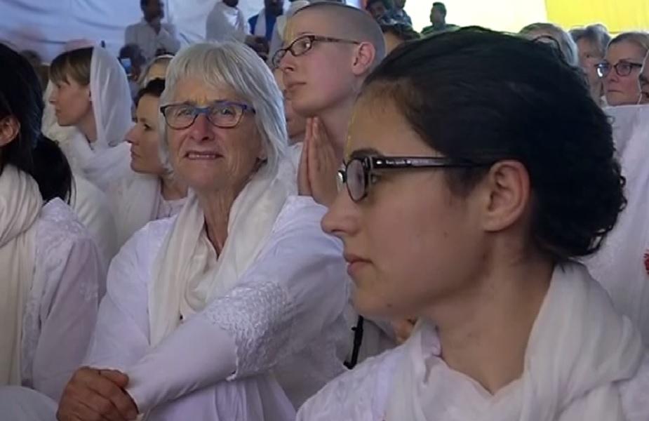 निर्माोही आखाड्याने शुक्रवारी ज्या परदेशी संतांना पट्टाभिषेक केला. त्यामध्ये तीन महिलांचा देखील समावेश आहे. या सोहळ्यासाठी अनेक परदेशी नागरिक उपस्थित होते.