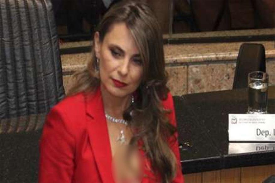हे प्रकरण ब्राझीलमधलं आहे. ब्राझीलच्या खासदार ऍना पॉला यांनी संसदेत घालून आलेल्या कपड्यांवरून या वादाला सुरुवात झाली आहे.