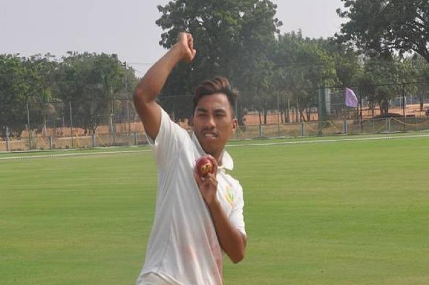 कूच बिहार ट्रॉफीत रेक्सने एका सामन्यात प्रतिस्पर्धी संघाला एकट्याने बाद केले होते. 9.5 षटके गोलंदाजी करताना 6 षटके निर्धाव टाकली होती.