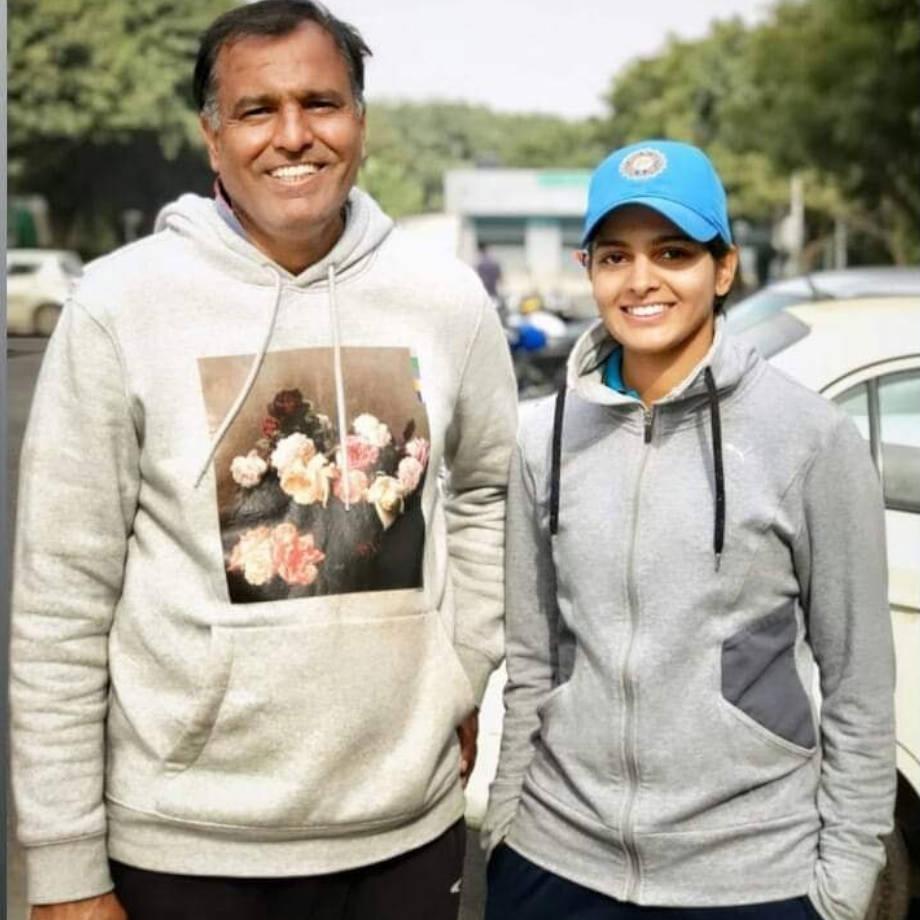 प्रिया पुनियाचे वडील सुरेंद्र पुनिया जयपूर मध्ये भारतीय सर्वेक्षण विभागात हेड क्लार्क म्हणून काम करतात. प्रियासाठी तिच्या वडीलांनी जयपूरमध्ये सिकर रोडवर एक मैदानही तयार केलं आहे.