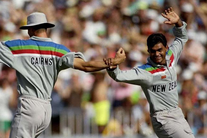 मर्यादीत षटकांच्या क्रिकेटमध्ये 1992 ला सर्वात आधी न्यूझीलंडचा कर्णधार मार्टिन क्रोने पहिल्या षटकात फिरकीपटूच्या हातात चेंडू सोपवला होता. वर्ल्डकपच्या सामन्यात दीपक पटेलने पहिलं षटक टाकलं होतं.