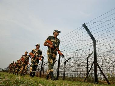जैसलमेर सीमेवर पाकिस्तानकडून आगळीक केली जाण्याच्या शक्यतेने लष्कर सतर्क झाले आहे.  सीमावर्ती भागातील लोकही भारतीय सैन्याला मदत करत आहे.